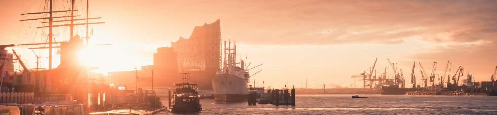 Hamburger Hafen und Skyline mit Elbphilharmonie