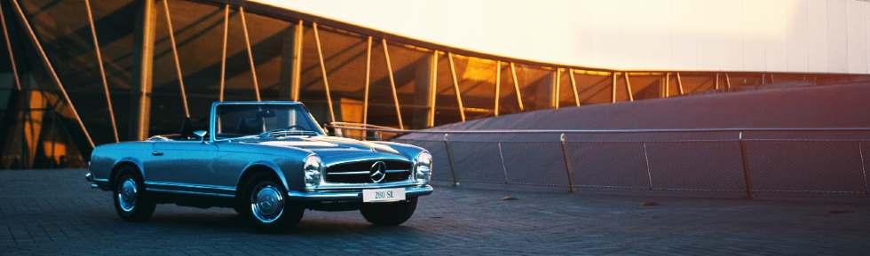 Mercedes Oldtimer vor dem Mercedes Museum in Stuttgart